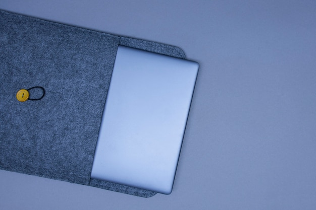회색 배경에 보호 케이스에 은색 노트북을 닫았습니다. 평면도.