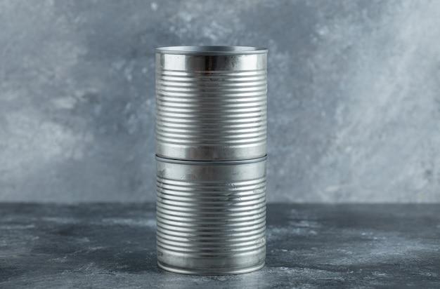 大理石の上に置かれた閉じたブリキ缶。