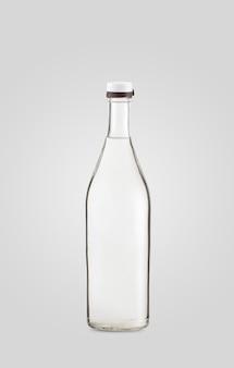 Закрытая прозрачная бутылка напитка на белом фоне с тенью