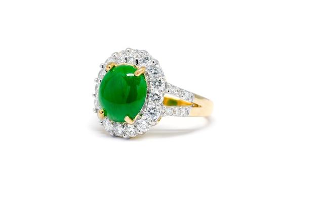 ダイヤモンドと金のリングが白い背景、結婚指輪と愛で隔離された緑のヒスイを閉じた