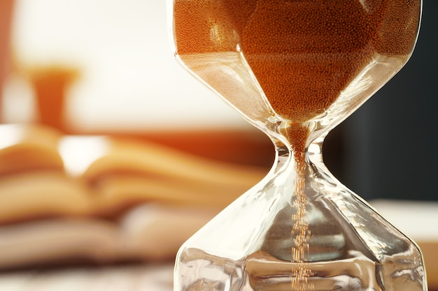 책의 배경에 모래 시계 또는 모래 시계의 폐쇄