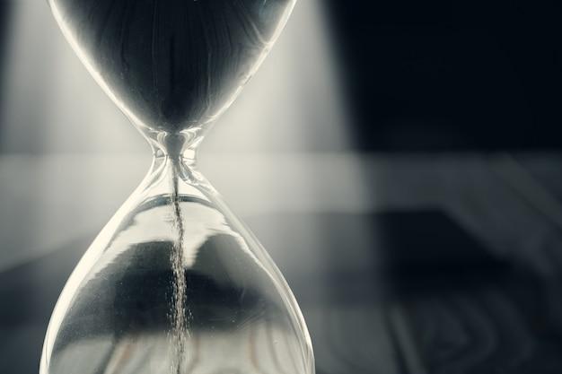 背景に砂時計または砂時計のクローズアップ