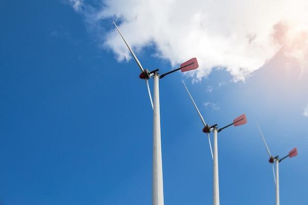 クローズアップ風力タービンが青い空に発電している