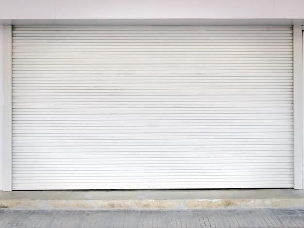 Закрытая белая гофрированная дверь жалюзи