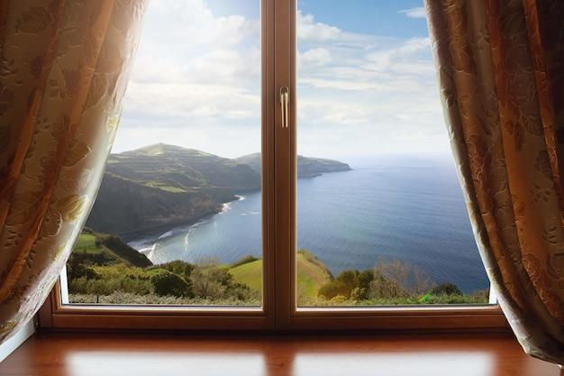 閉じた窓と外の美しい写真、自然の景色、リゾート、休憩。