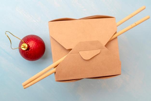 閉じたwok紙包装箱。アジアのファーストフードの場合。