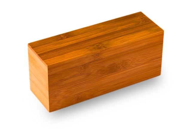 白い背景で隔離の閉じた木製の箱。