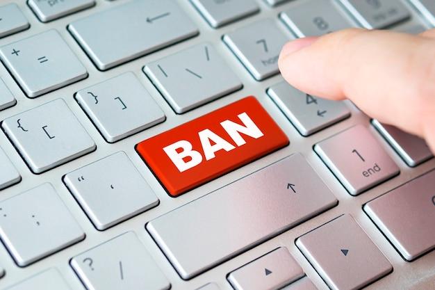単語banでキーボードのクローズアップ指。ロック、ロックアウト、ブロッキング、ロック、ブロッキング