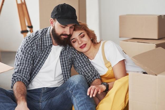 Близость людей. счастливая пара вместе в своем новом доме. концепция переезда
