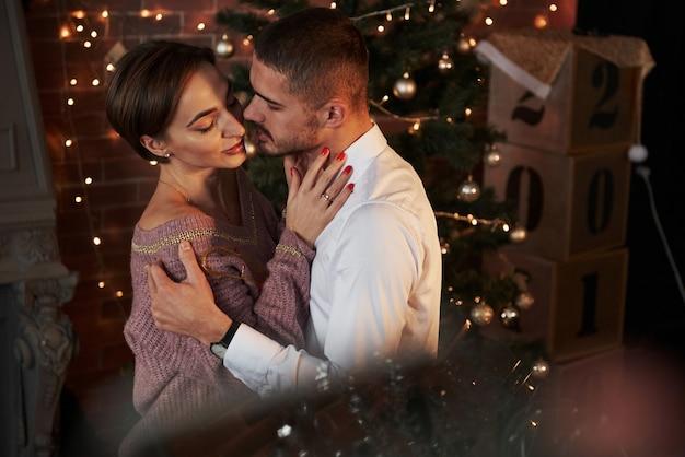Близость парня и девушки в роскоши одевает то, что танцует и флиртует.
