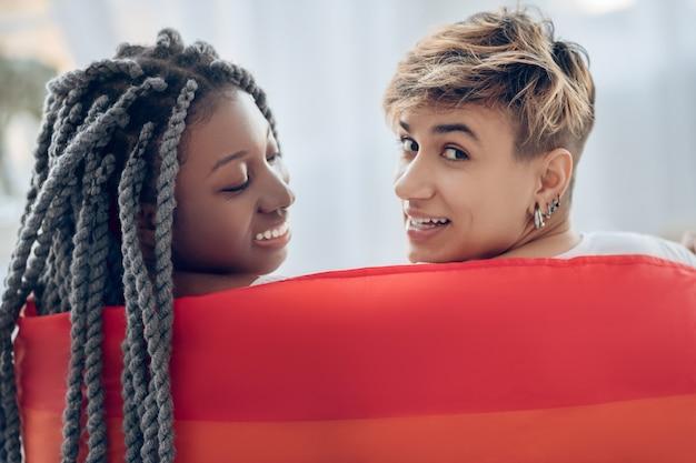 近さ。恋をしている虹の2人の若い女の子