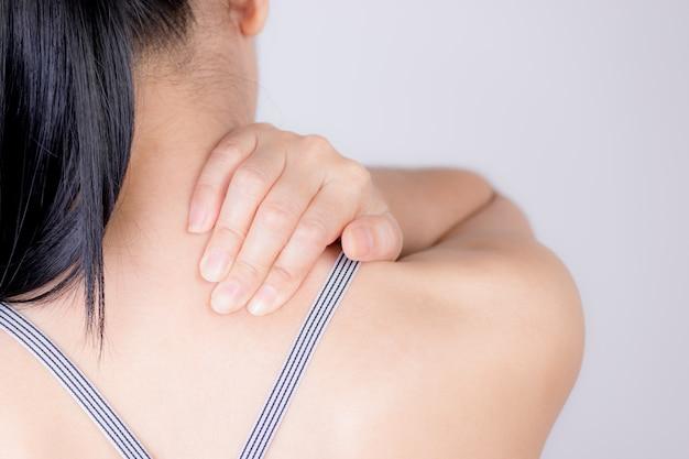クローズアップ女性の首と肩の痛みやけが