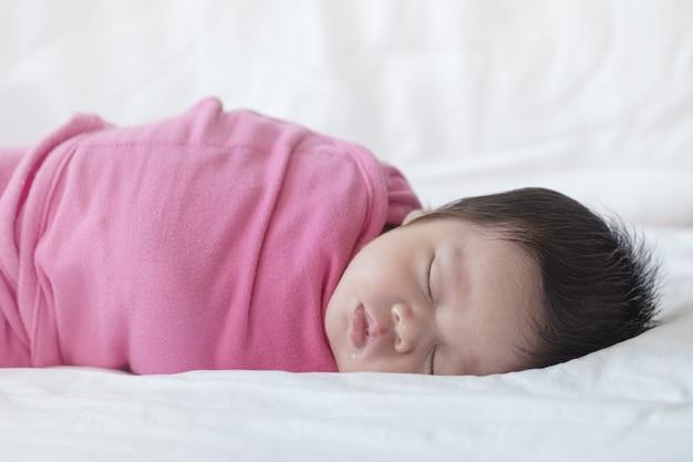 Крупным планом ребенок спит удобно на кровати