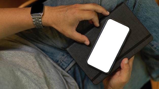 Крупным планом битник человек с мобильным телефоном смартфон пустой экран макет концепция цифровых устройств