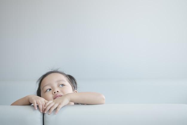 クローズアップ小さな女の子が宇宙を見る