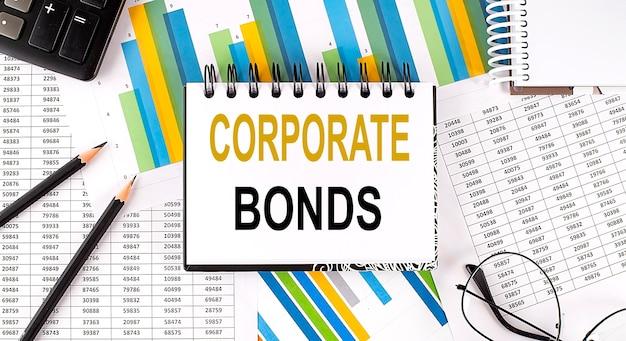 Крупным планом блокнот с текстом корпоративные облигации