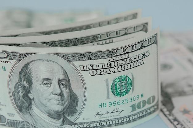 Банкноты американского доллара крупным планом на фоне долларов