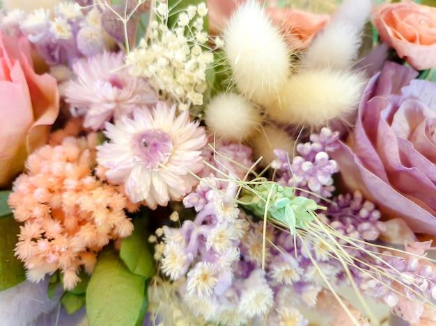 花束のドライと紙の造花のクローズアップと作物のカラフルな装飾。