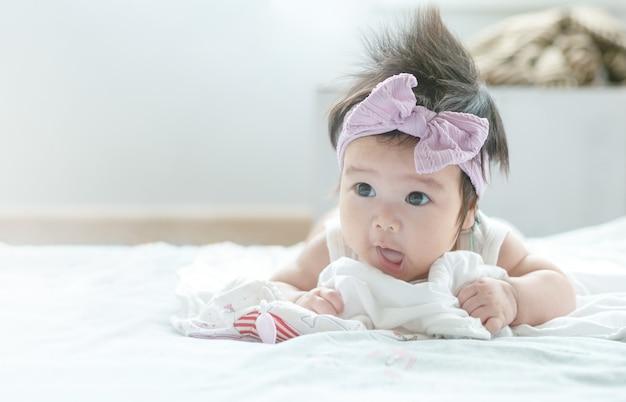 かわいいモーションでアジアの女の赤ちゃんをクローズアップ