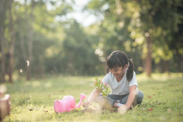 푸른 자연 속에 나무를 심는 아시아 소녀, 두 손을 잡고 돌보는 것, 묘목이나 흙으로 자라는 나무, 세계 환경의 날, 지구의 날, 환경, 생태