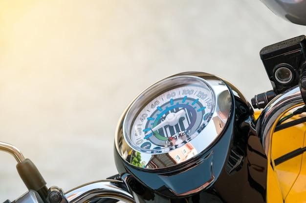 오토바이의 속도계에서 근접 촬영입니다.