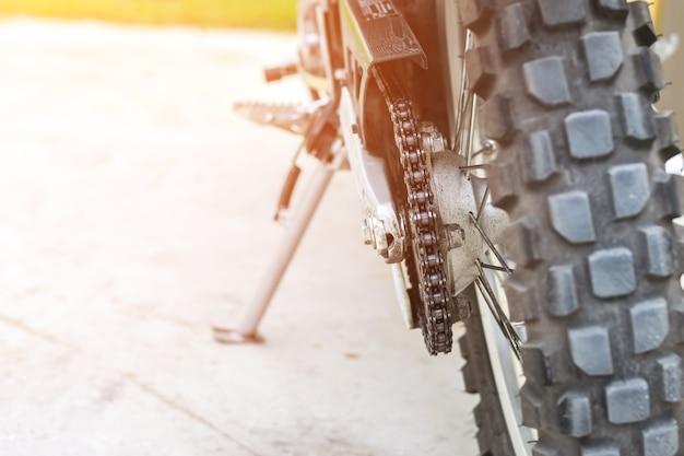 Макрофотография в цепи мотоциклов, припаркованных на стоянке, транспорта и путешествия co