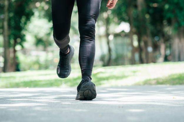 朝走っているクローズアップ運動青年