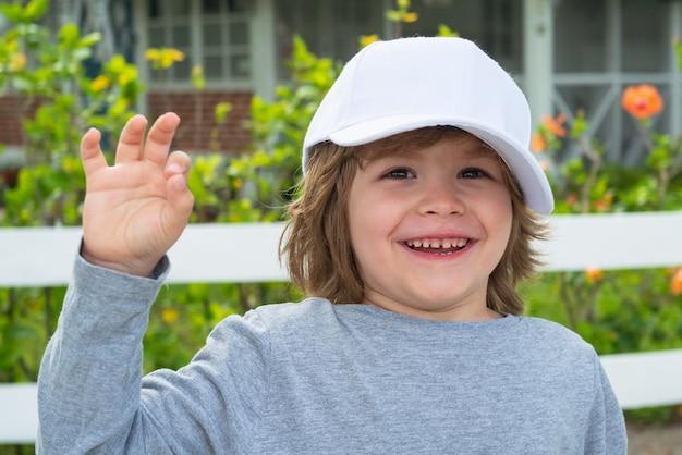 Крупным планом привлекательный смех мальчик. понятие эмоций ребенка. портрет молодой улыбающийся ребенок открытый. размытие фона.
