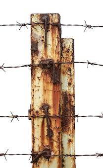 클리핑 패스가 있는 흰색에 철 기둥이 있는 근접 촬영 철조망