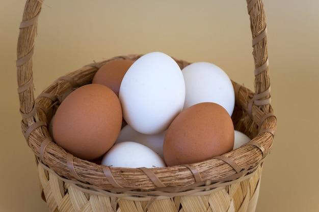 パステルベージュの白と茶色の卵とクローズアップバスケット