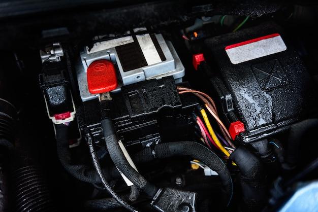 엔진에 근접 촬영 배터리 자동차