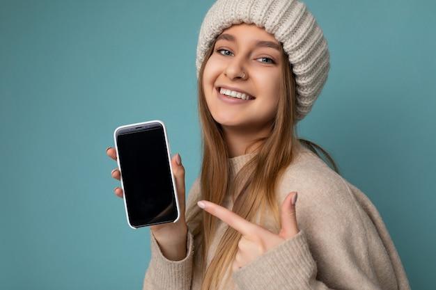 Крупным планом красивая улыбающаяся молодая женщина хорошо выглядит в повседневной стильной одежде стоя