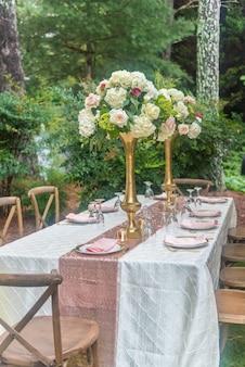 Primo piano di un tavolo splendidamente decorato per la cerimonia nuziale