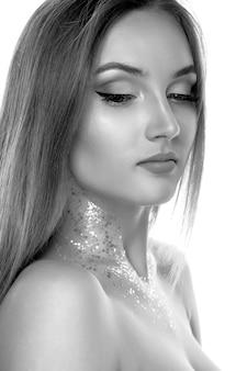 彼女の首にプロのメイクとキラキラとポーズをとるゴージャスなブロンドのモデルで撮影されたクローズアップの美しさ。黒と白の画像