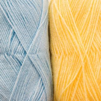 クローズアップブルーと黄色の糸