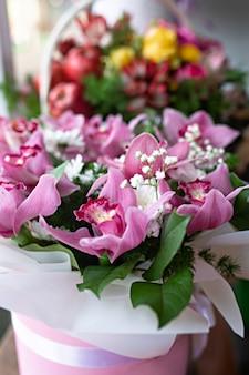 ギフトボックスに花のクローズアップの花束