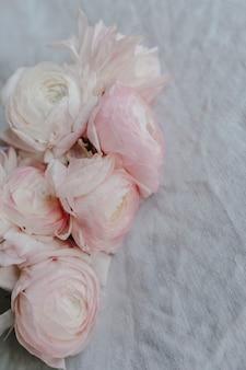 Primo piano di un mazzo di fiori di ranuncolo