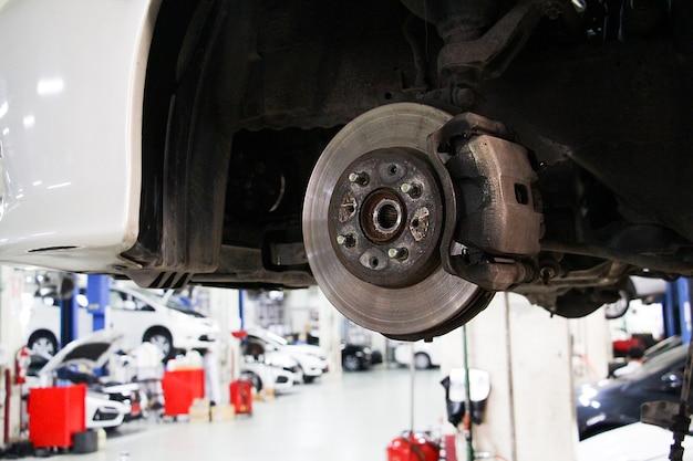 자동차 정비사 수리의 근접 촬영 브레이크 패드입니다. 자동차 수리 개념의 유지 보수 또는 확인.