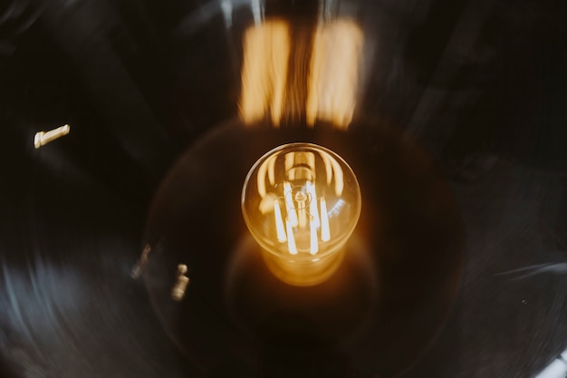 Primo piano di una lampadina luminosa