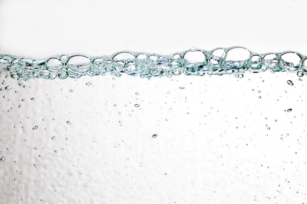 白い背景の上のクローズアップ泡水中。