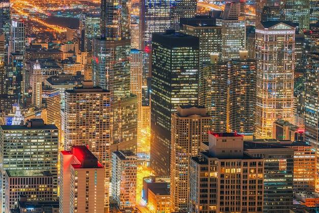 夜の時間、アメリカのダウンタウンのスカイライン、空撮でシカゴの街並みと高層ビルのクローズアップの建物