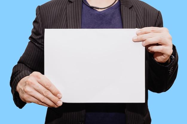 クローズアップビジネスマン手持ちショー白紙シート