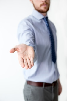 Closeup di uomo d'affari mostrando mano tesa