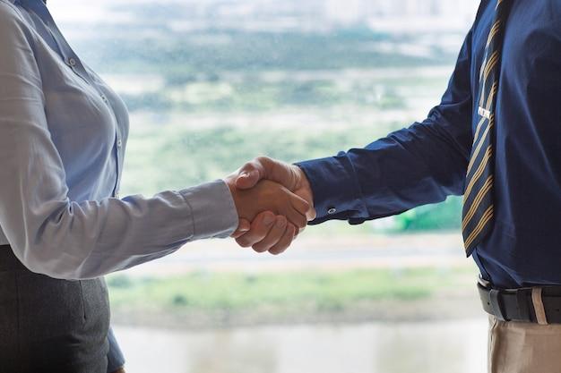 Primo piano della gente di affari che agitano le mani
