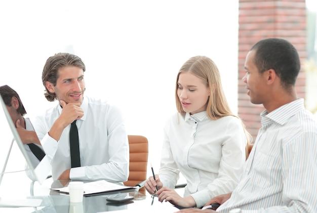 비즈니스 문제를 논의하는 근접 촬영 .business 팀.사무실 생활