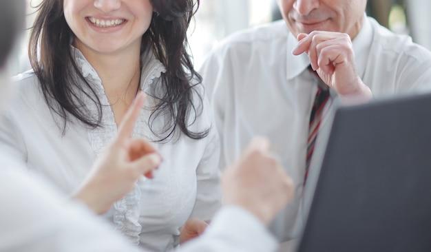 책상에 앉아있는 동안 이야기하는 근접 촬영 비즈니스 팀