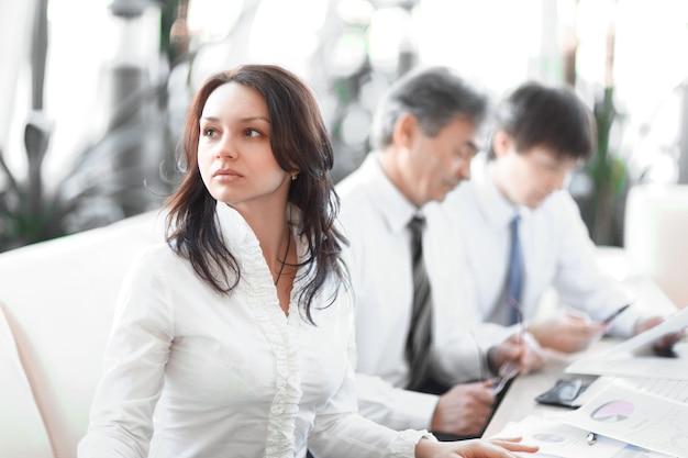 확대. 사무실에서 문서 작업을 하는 비즈니스 팀.사무실 생활