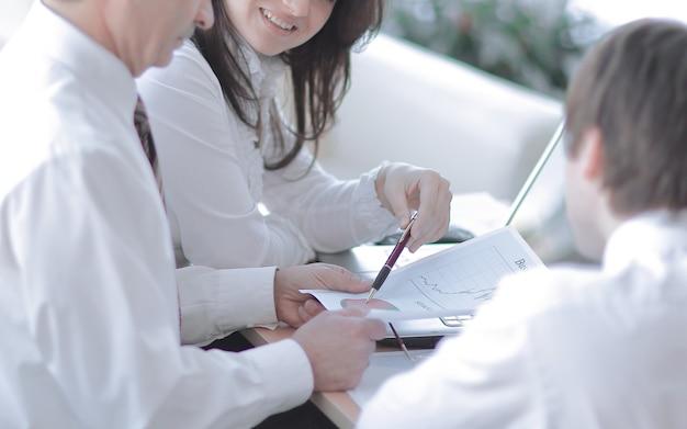 확대. 마케팅 데이터로 작업하는 비즈니스 팀 .business 개념