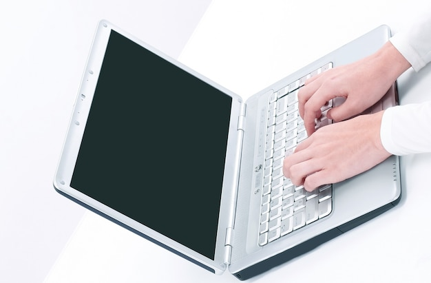 Крупным планом. бизнес женщина, набрав на ноутбуке. изолированные на белом фоне