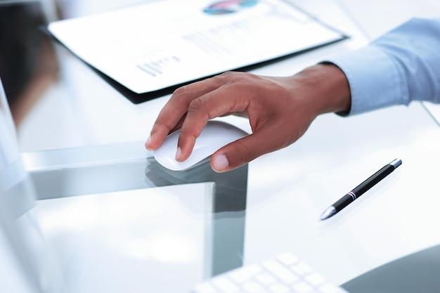 Бизнесмен крупным планом с помощью компьютерной мыши